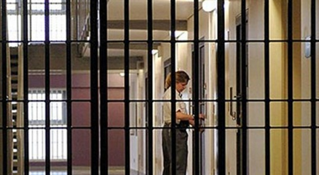 İngiltere'de mahkum gardiyanın boğazını kesti