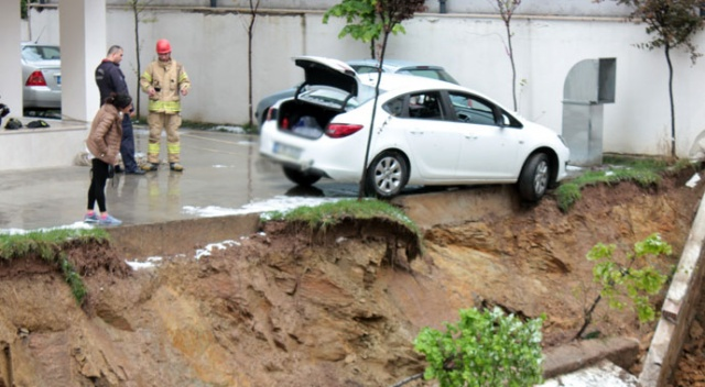 Kadıköy'de istinat duvarı çöktü, otomobil askıda kaldı