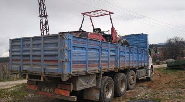 Kepçe yüklü kamyon telefon direklerini yıktı