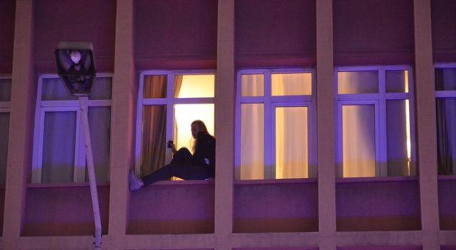 Otelin penceresine çıkarak intihara kalkıştı