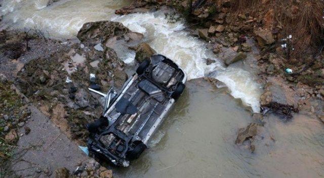 Şırnak'ta araç dereye uçtu, bir kişi suda kayboldu