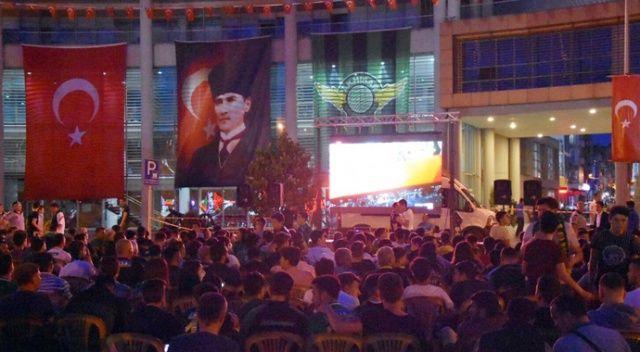 Akhisarlılar maçı dev ekrandan takip ediyor