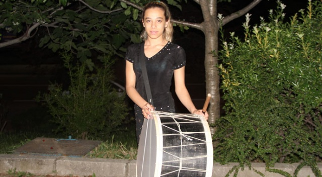Bursalılar sahura kadın davulcuyla uyanıyor