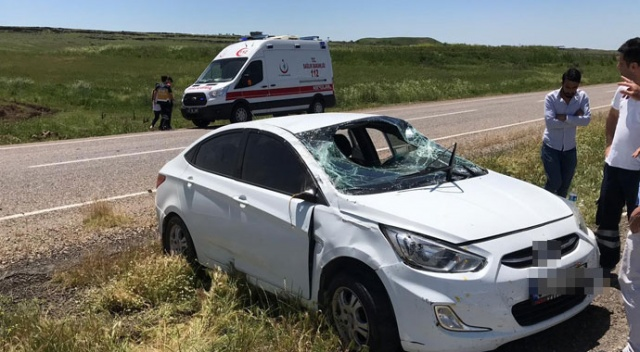 Kamyonun solladığı araç refüje uçtu: 2 yaralı
