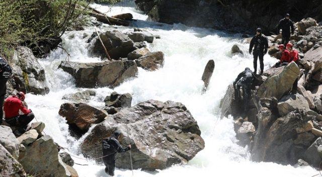 Kayıp muhabiri arama çalışmalarında suya kapılarak şehit olan 2 askerin kimlikleri belirlendi