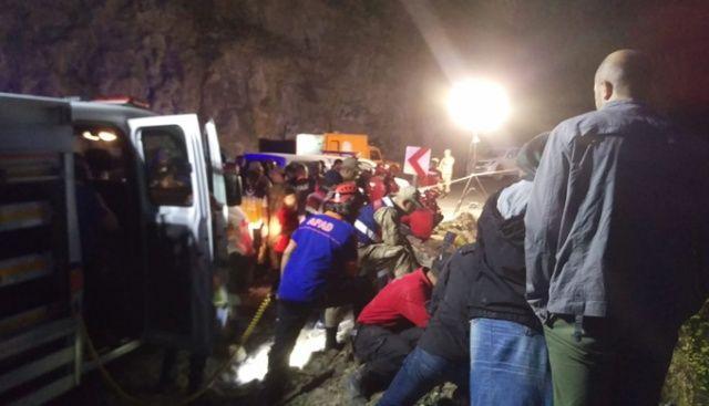 Kayıp muhabiri arama çalışmalarında suya kapılarak şehit olan askerler dereden çıkartıldı