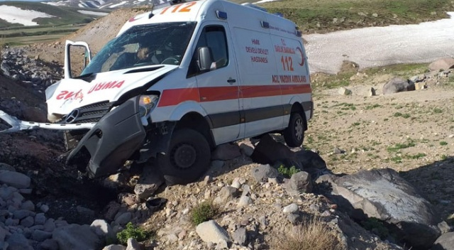 Kayseri'de ambulans takla attı: 2 yaralı