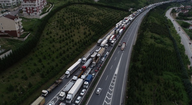 TEM'de tır ile kamyon çarpıştı, 15 kilometre kuyruk oluştu