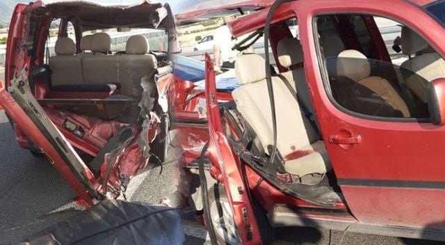 Hafif ticari araç, tıra çarptı:1 ölü,3 yaralı