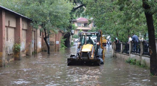 İstanbul'da sağanak yağış! Gölde dönen yolda mahsur kaldılar