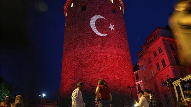 İstanbul'un simgeleri kırmızı beyaza büründü