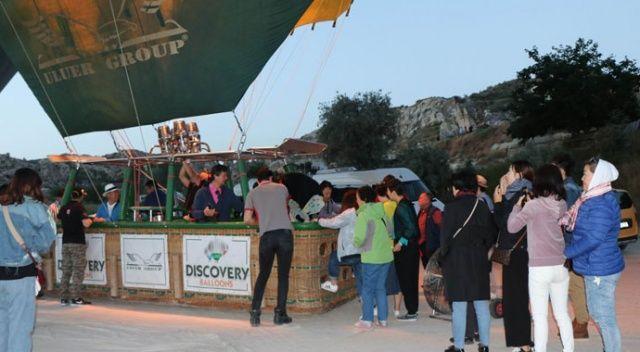 Kapadokya'da turistler balon turu için kuyruk oluşturdu