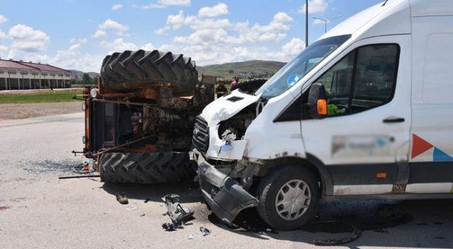 Minibüs ile traktör çarpıştı: 1 yaralı