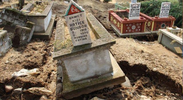 Sel, mezarları söküp götürdü