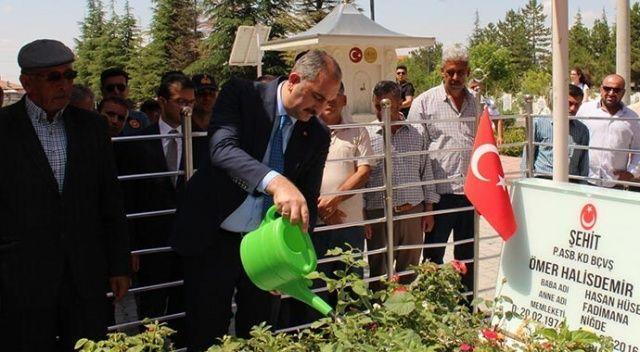 Adalet Bakanı Gül, şehit Ömer Halisdemir'in kabrini ziyaret etti