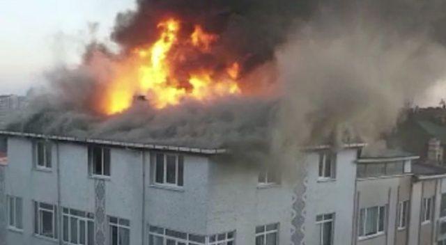 Ataşehir'de üç katlı apartmanın çatısı alev alev yandı