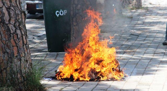 Elbiselerini sokağa döküp ateşe verdi