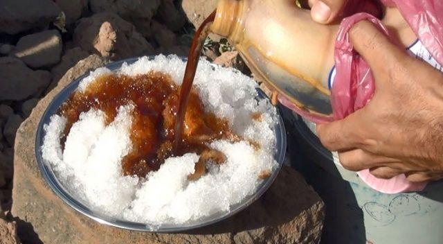Kavurucu yaz sıcağında 'karlı pekmez' yiyerek serinliyorlar