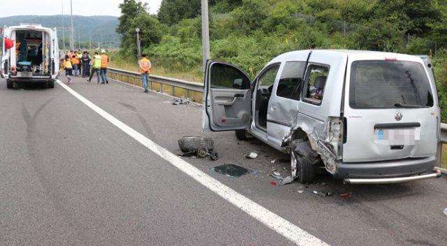 Otomobil TEM'de park halindeki hafif ticari araca çarptı: 5 yaralı