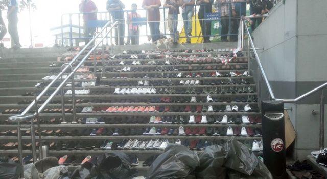Eminönü'nde esnaf, su baskınından kurtardığı ayakkabıları merdivenlere serdi