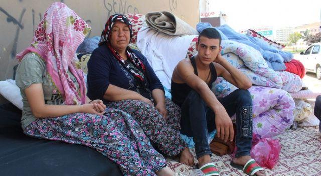 Evden atılan aile 4 gündür sokakta yaşıyor: Yardım bekliyorlar...