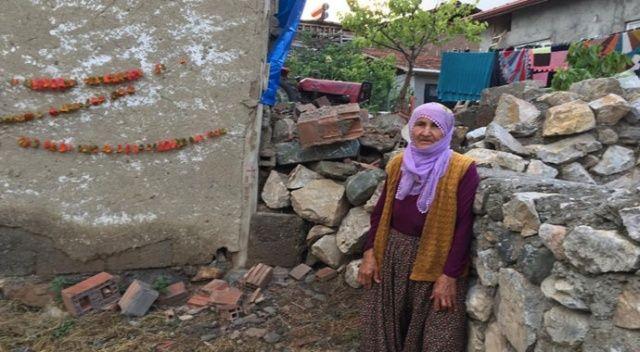 Sağanak yağış 80 yaşındaki ninenin evini vurdu: Evinin arka duvarı tamamen yıkıldı