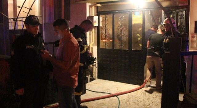 Yangına banyoda yakalanan genci komşuları kurtardı