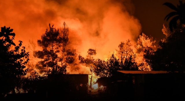 Yunanistan'daki yangın 3 gündür devam ediyor