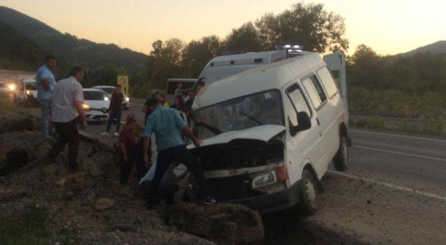 Zonguldak'ta minibüs hendeğe düştü: 2'si çocuk 8 yaralı