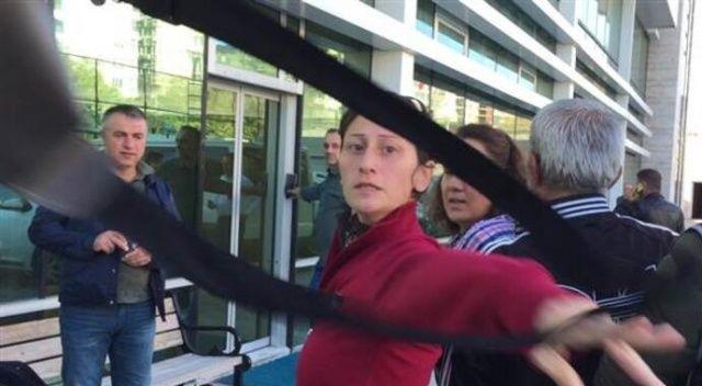 Firari kadın yakalanınca gazetecilere çanta fırlattı