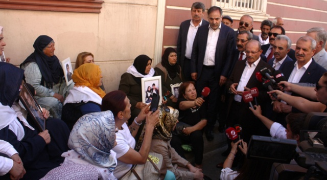 HDP önünde eylem yapan ailelere aşiret liderlerinden destek