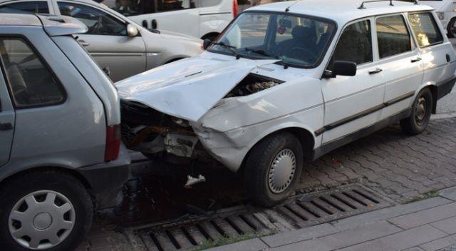 Kaza yapan araç sürücüsü otomobili bırakıp kaçtı