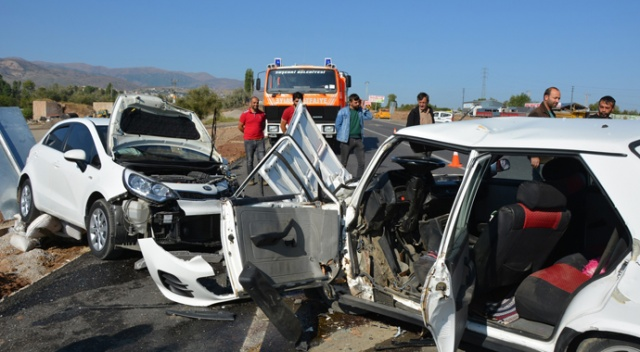 Sivas'ta otomobiller kafa kafaya çarpıştı: 1 ölü, 2 yaralı