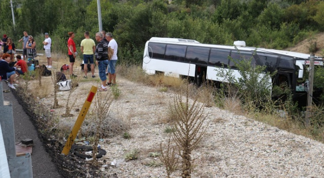 Turistleri taşıyan otobüs şarampole devrildi: 3 yaralı