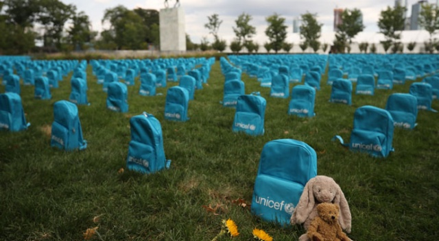 Üç bin 758 okul çantası 'mezar taşı' oldu