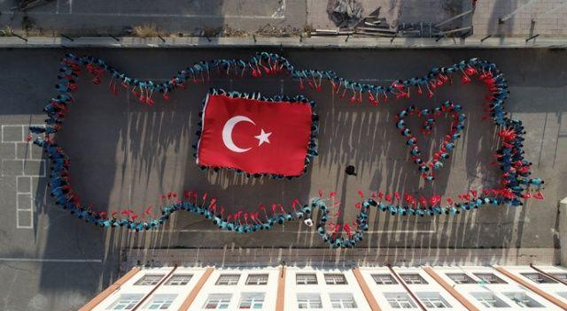 Ortaokul öğrencilerinden Türk bayrağı koreografili destek