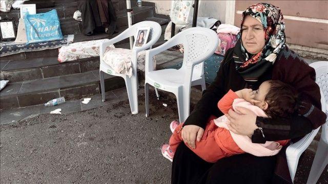 Oturma eylemi yapan annesiyle birlikte ablasının dönmesini bekliyor