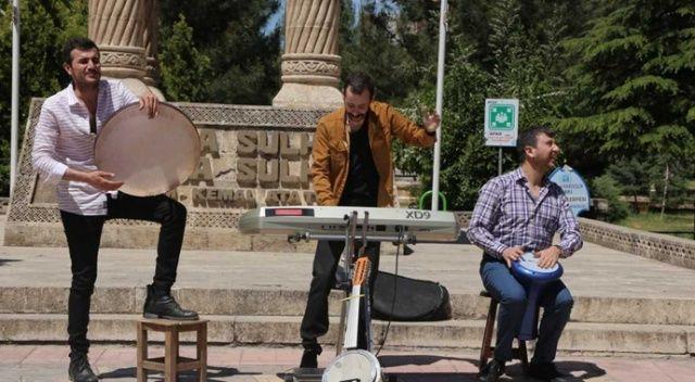 Oyuncuları sokak müzisyeni sandılar