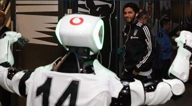 Robot Veysi derbiyi locada izledi