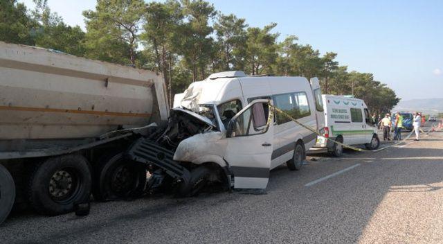 Silifke'de feci kaza... Rus mühendisleri taşıyan minibüs kaza yaptı: 2 ölü, 11 yaralı