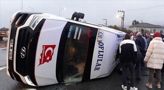 Trabzon'da yolcu minibüsü ile otomobil çarpıştı: 20 yaralı