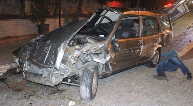 Avcılar'da otomobil restoranın bahçesine girdi: 1'i ağır 2 yaralı