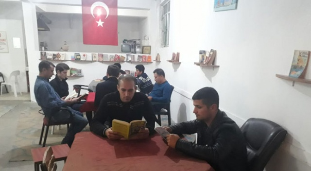 Bu kıraathanede kitap okuyana çay ücretsiz!