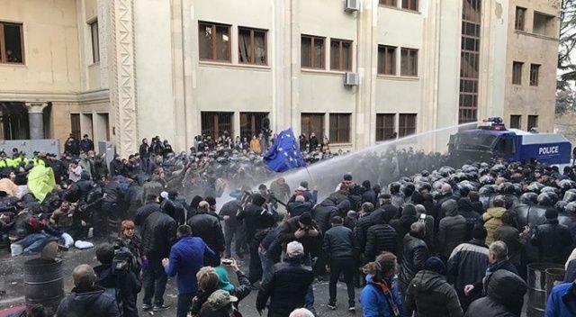 Gürcistan'da güvenlik güçleri parlamentoyu kuşatan protestoculara müdahale etti