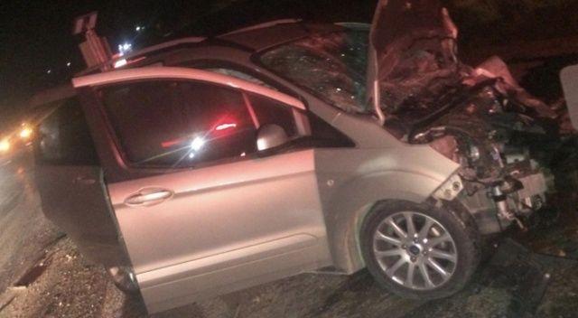 Hafif ticari araç otomobille çarpıştı: 1 ölü, 2 yaralı