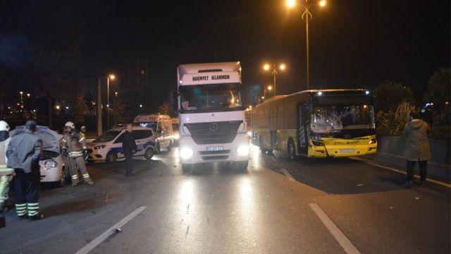 İETT otobüsü, otomobile çarptı: 1'i ağır 3 yaralı