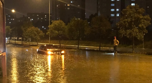 İstanbul'u sağanak vurdu! Yollar göle döndü, araçlar mahsur kaldı