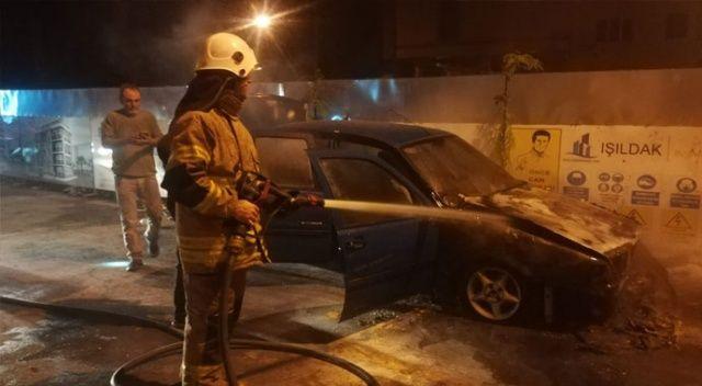 İzmir'de park halindeki otomobil alev aldı