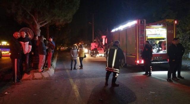 Kamyon çarpan elektrik direği evin çatısına devrildi: 2 yaralı