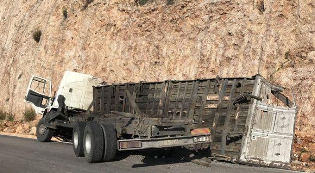 Kaş'ta taş yüklü kamyon devrildi: 1 ölü